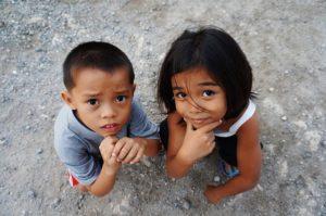 フィリピンへの大学進学で大変なこと:大変な顔をするフィリピン人の子供