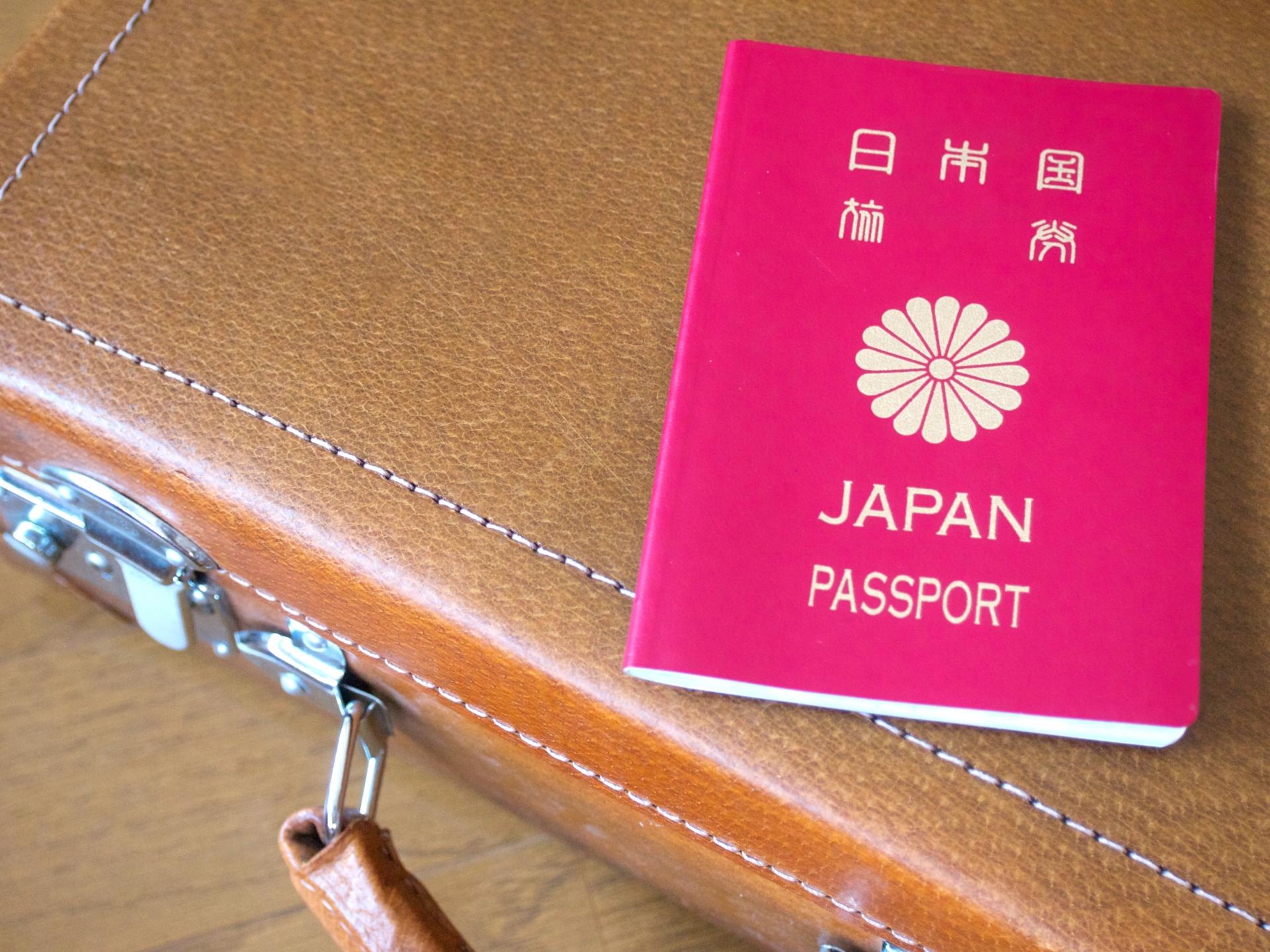 フィリピン留学に出発する人と日本のパスポート