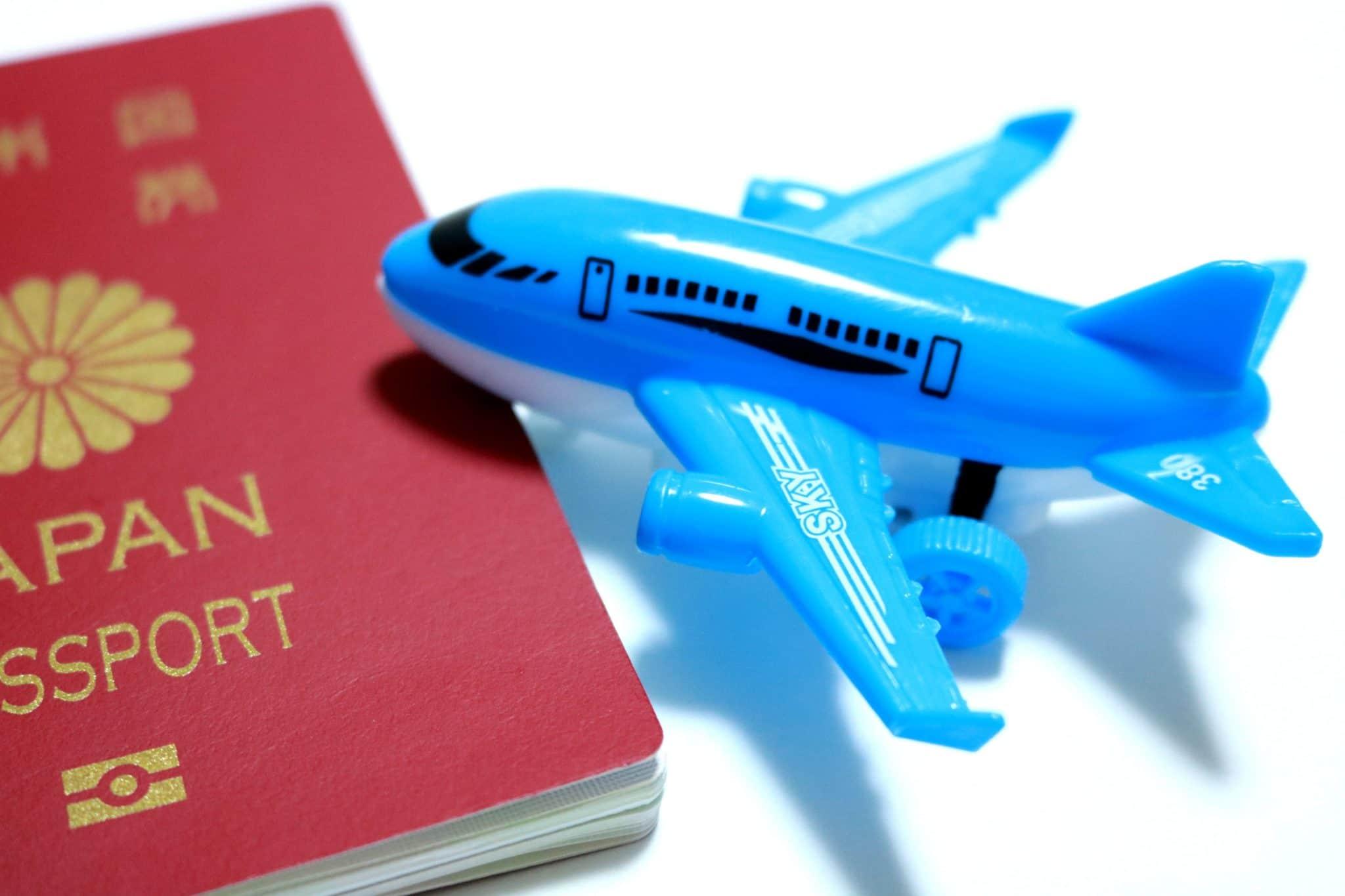 セブ島留学:パスポートと飛行機