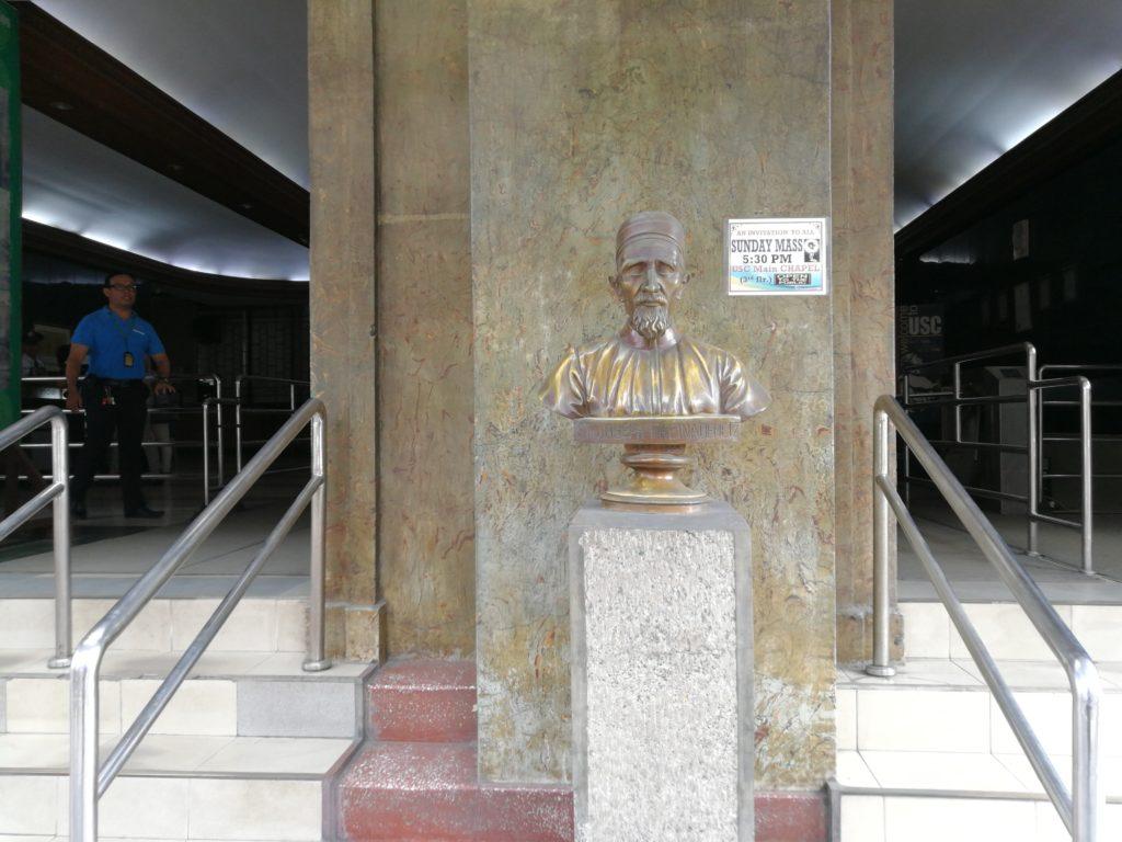 サン・カルロス大学(University of San Carlos)の銅像