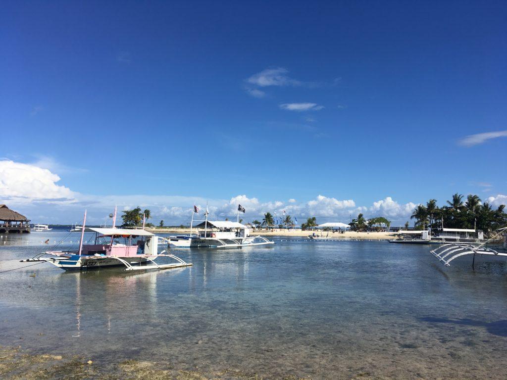 フィリピンのビーチと船