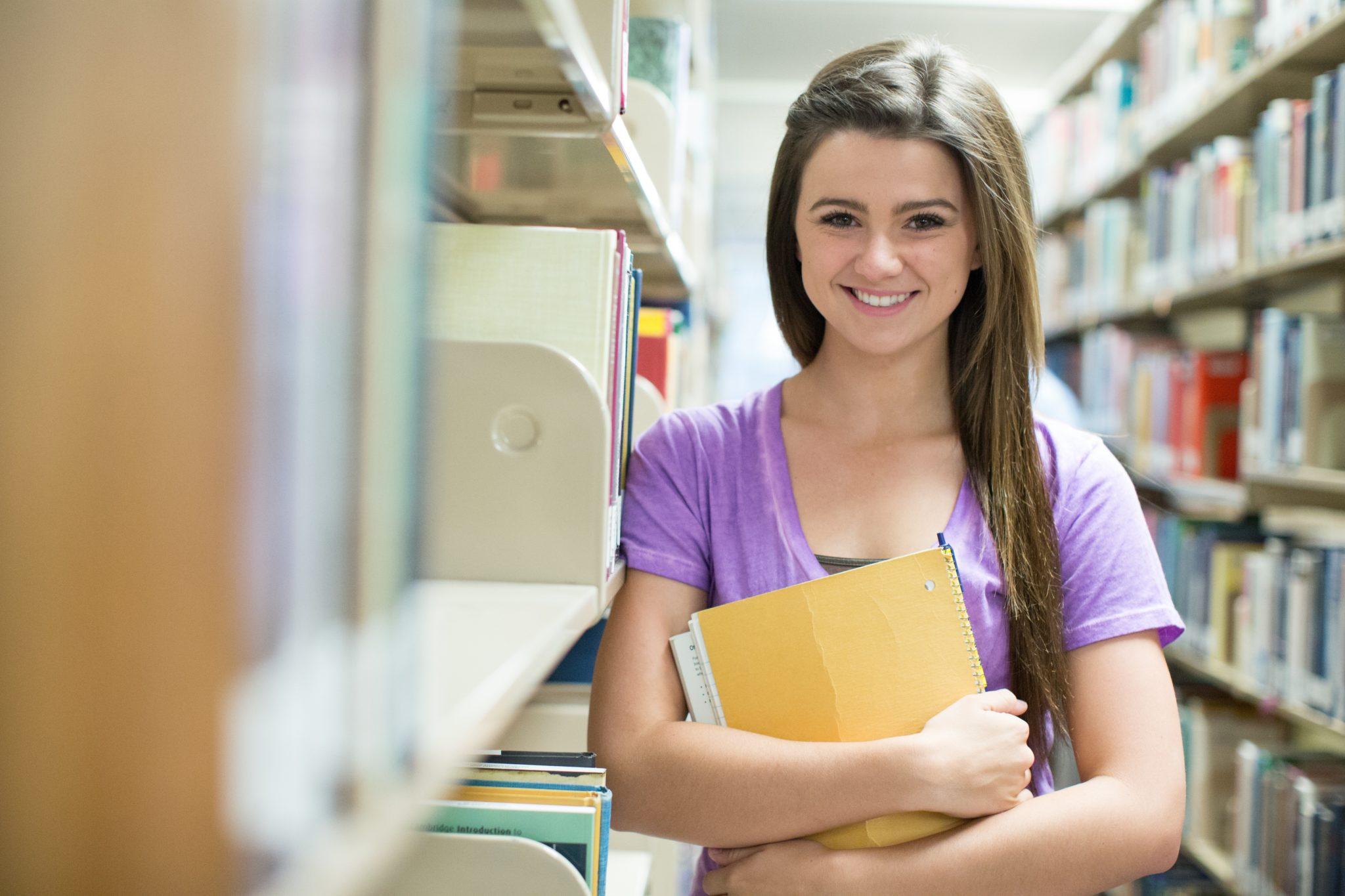 フィリピンの大学の図書館で勉強する人